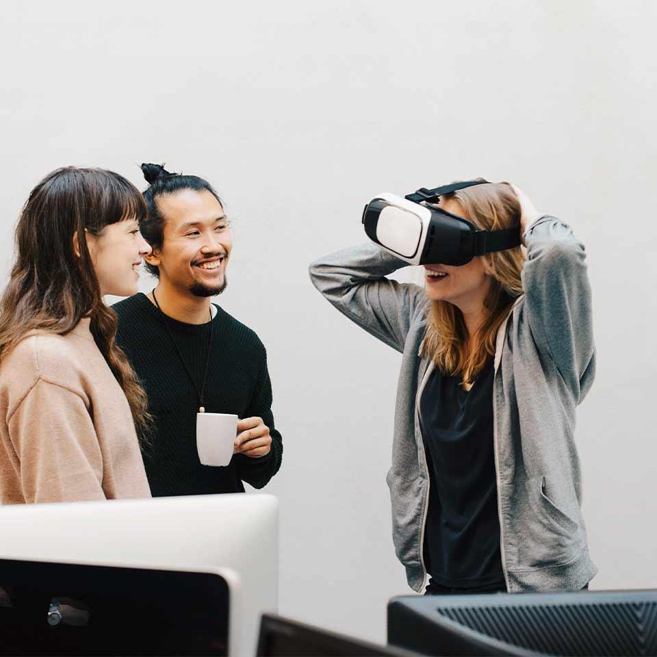 Kollegen beim Testen einer VR Brille